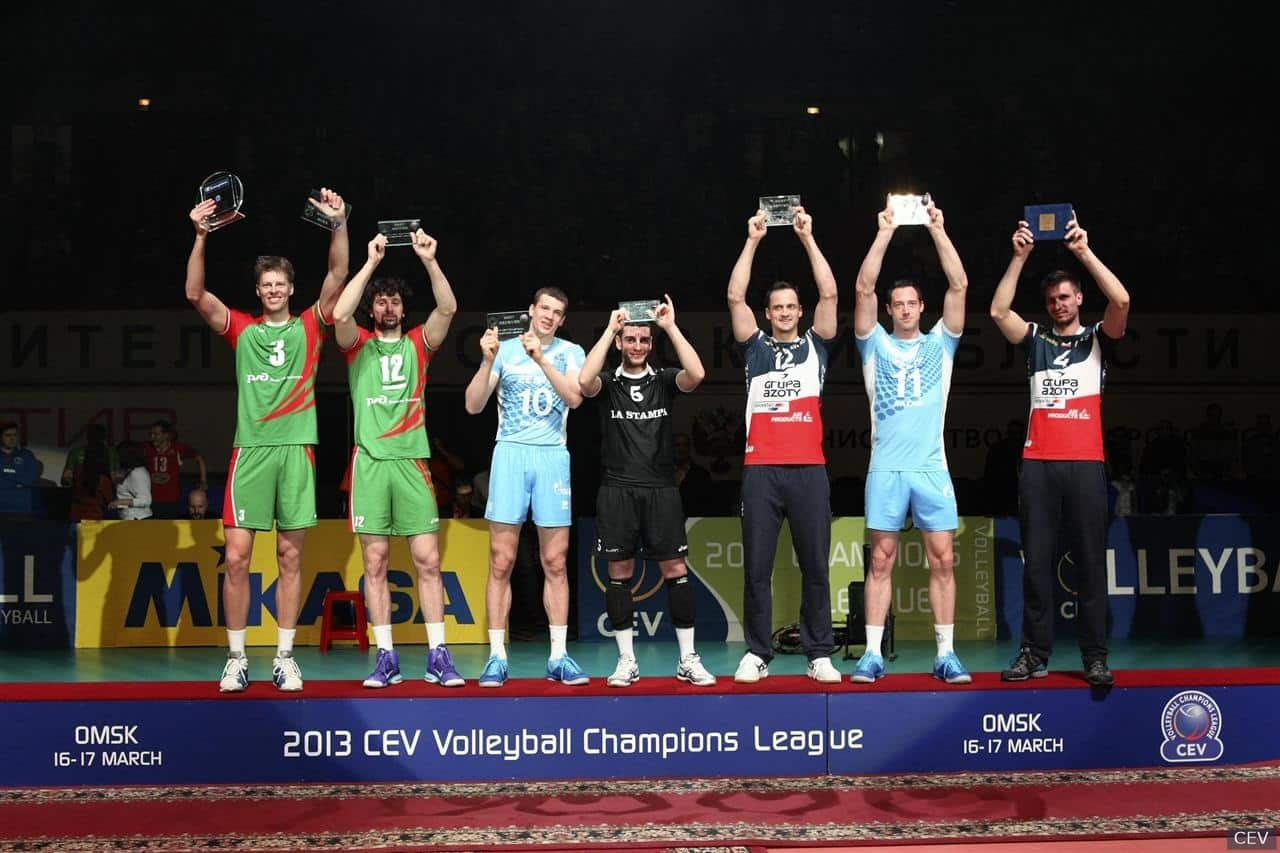 3-17 David Lee, second from right, receives the award as best blocker of the Champions League finals